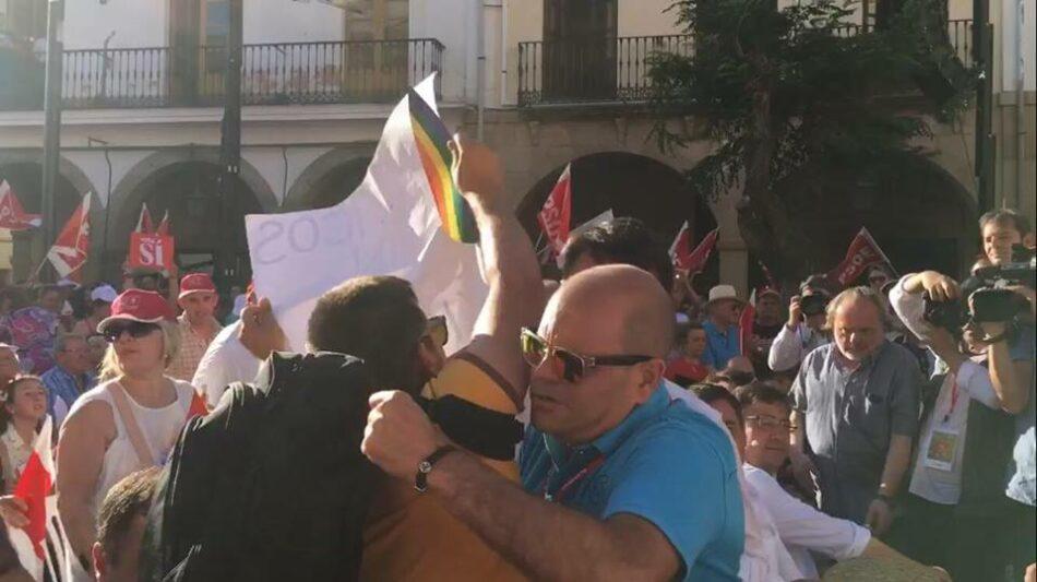 Expulsan de un mitin del PSOE a un activista que reivindicaba a los 'sin techo'