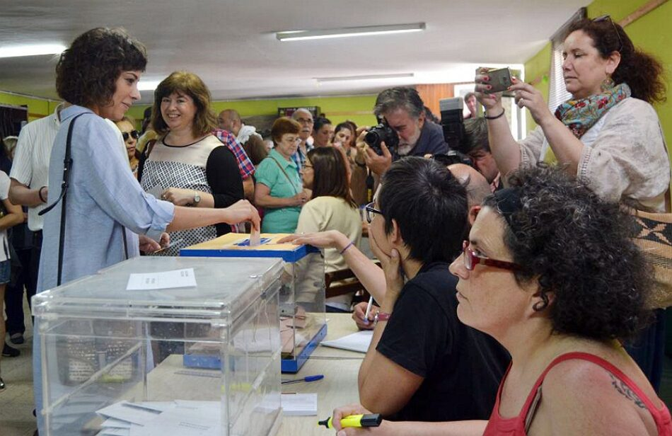As candidatas e candidatos de En Marea votan con ilusión polo cambio