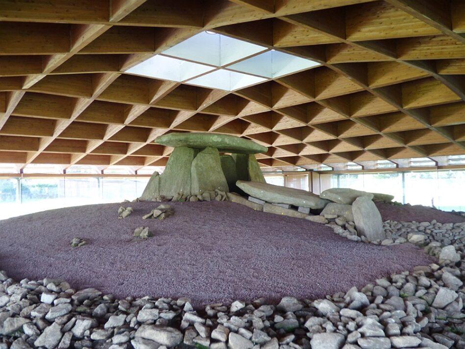 AGE critica el actual modelo de gestión del Dolmen de Dombate y pide al Parlamento de Galicia que inste a la Xunta a asumir la titularidad del monumento