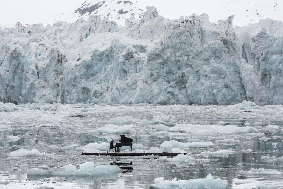 Greenpeace organiza un concierto histórico con el pianista Ludovico Einaudi en el océano Ártico para pedir su protección