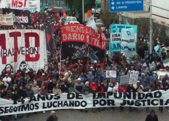 Decenas de miles de manifestantes recordaron en el Puente Pueyrredón a Maximiliano Kosteki y Darío Santillán, asesinados por la policía hace 14 años