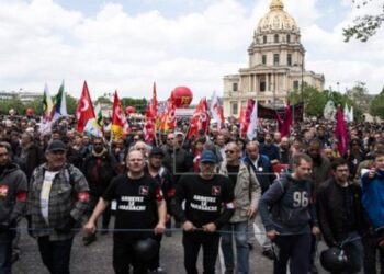 Francia: Hollande flexibiliza por decreto / Franceses anuncian nueva protesta contra reforma laboral