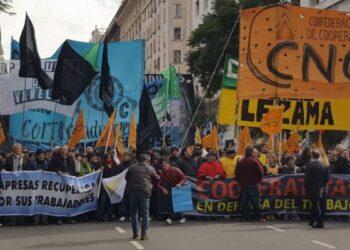 Movilización de Cooperativistas en defensa del Trabajo, por más Obras y menos Tarifazos en Argentina