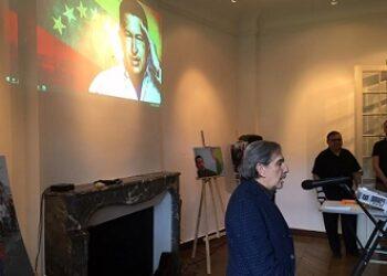 Conmemoran en París los 62 años del natalicio del Comandante Hugo Chávez