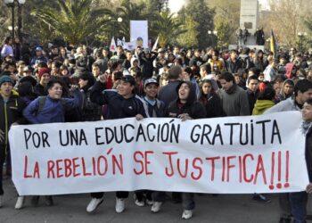 Estudiantes critican la reforma a la educación y piden la renuncia de la ministra del área en Chile