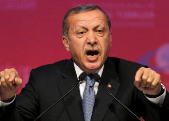 Erdogan continúa su purga: 21.000 maestros y 500 religiosos despedidos