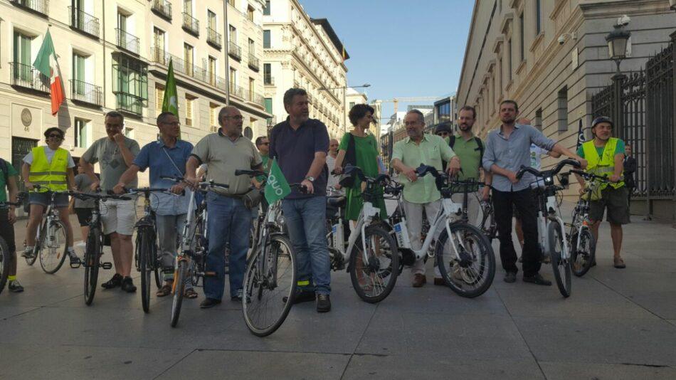 Los diputados verdes llegan en bici al Congreso