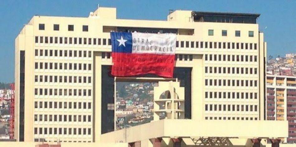 Chile: Estudiantes despliegan bandera en el Congreso contra la reforma educacional