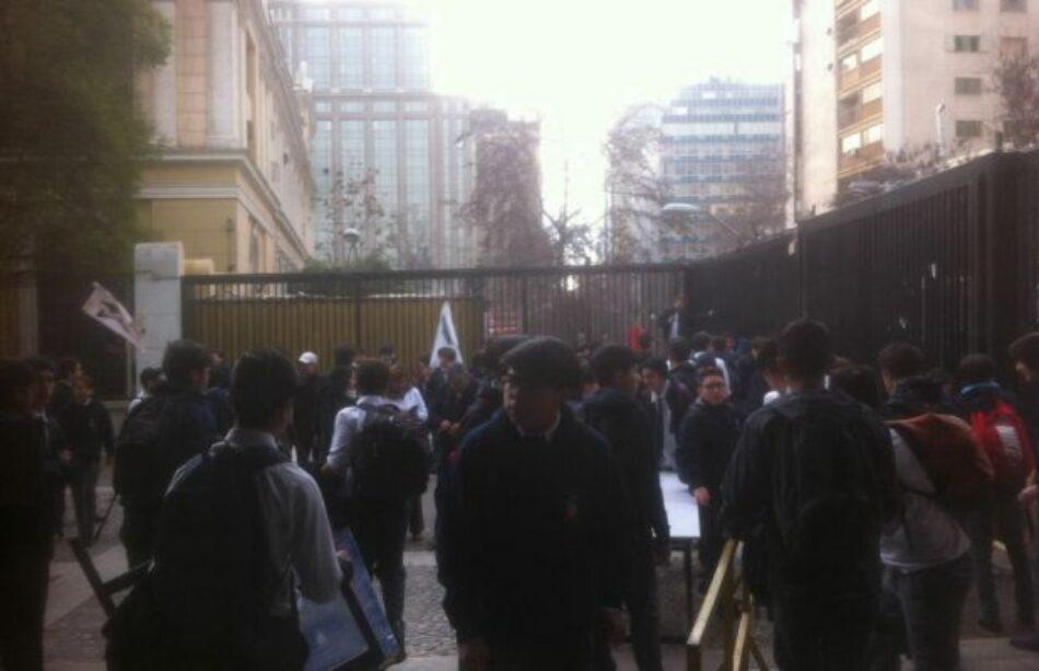 """Chile: Alumnos del Instituto Nacional realizan """"toma simbólica """" a 4 días de volver a clases"""