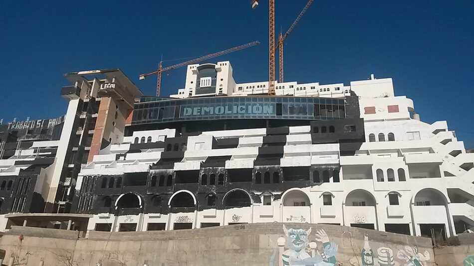 Podemos Andalucía solicita al Gobierno y a la Junta un calendario de actuaciones para el derribo del hotel El Algarrobico