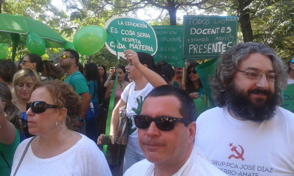 IU muestra su apoyo a la educación pública y gratuita para todos en una concentración en la Delegación de la Junta en Sevilla