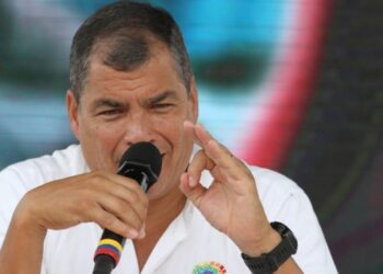 Correa reitera a las FFAA que en Ecuador mandan los civiles