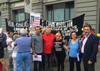 Diputados de IU respaldan a las puertas del Congreso la reivindicación de las víctimas y familiares de bebés robados durante el franquismo y la transición