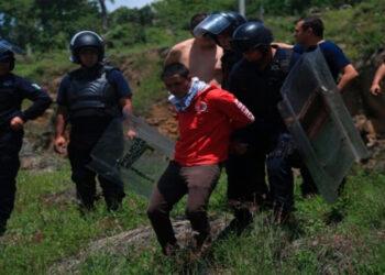 Detienen a decenas de estudiantes normalistas durante protestas en México