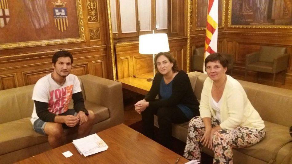 La alcaldesa de Barcelona se compromete con «los sin techo»