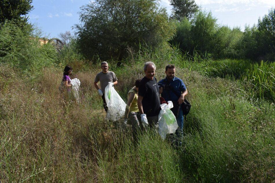 Greenpeace limpia el río Guadalquivir para concienciar sobre la contaminación del plástico