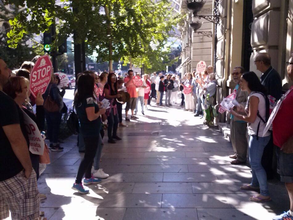 Piden a Banco Santander una solución digna para cinco familias de Granada