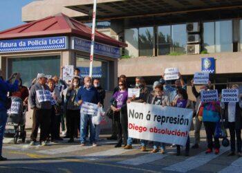 Concentración contra la represión policial en la Comisaría de la Policía Local de Vigo