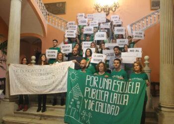 Docentes interinos se encierran en el Ayuntamiento de Sevilla para exigir el fin de los recortes en la educación pública