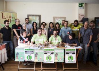 Ramón Espinar, portavoz de Unidos Podemos en el Senado, se reúne con trabajadores de Helechos S.C.M.