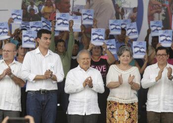 Legalizan propiedades a miles de familias en El Salvador