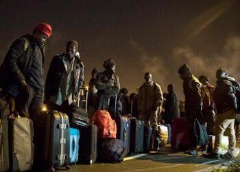 Desmantelan el campamento de la 'Jungla' de Calais sin garantías para los migrantes incluidos 1.300 menores