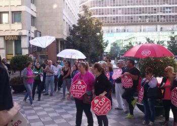 Concentración de Stop Desahucios en la oficina de la Caja Rural de Granada