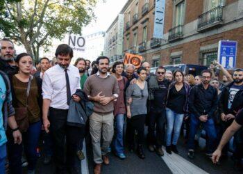 Diputados de Unidos Podemos participaron en la manifestación contra la investidura de Rajoy antes de acudir a votar «no» al líder del PP