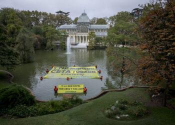Greenpeace despliega una pancarta en el Parque del Retiro de Madrid para convocar a las manifestaciones contra el TTIP y el CETA