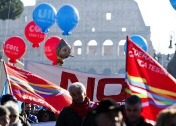 Trabajadores y trabajadoras italianas protestan contra precarización laboral en Italia