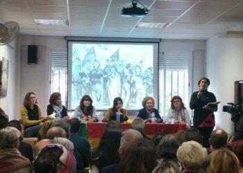 El homenaje a las mujeres brigadistas celebrado en Móstoles se desborda por la afluencia masiva de público