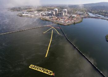 """Activistas de Greenpeace """"señalan"""" con una flecha gigante de 500 m2 que la central nuclear de Almaraz es la siguiente en cerrar"""