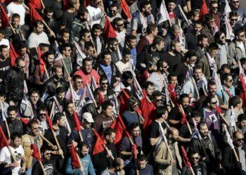 Miles de griegos marchan contra políticas neoliberales