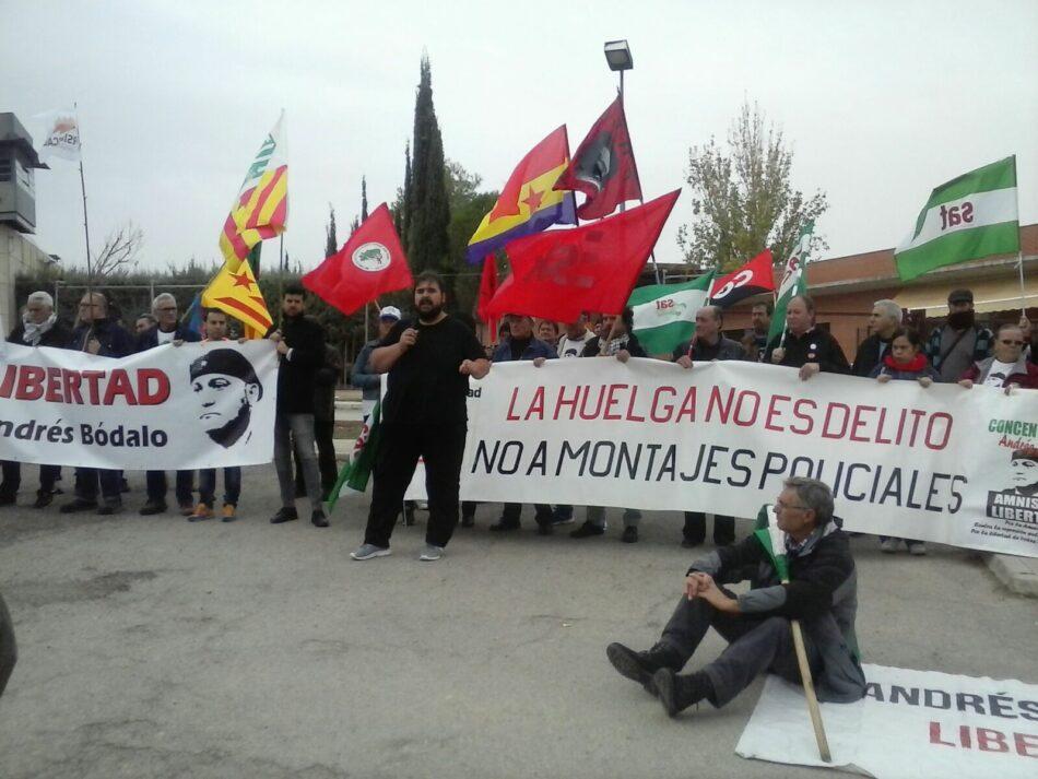Decenas de manifestantes piden la libertad de Andrés Bódalo frente a la cárcel de Jaén