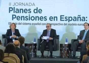 Aseguradoras maniobran para imponer pensiones privadas a todos los trabajadores
