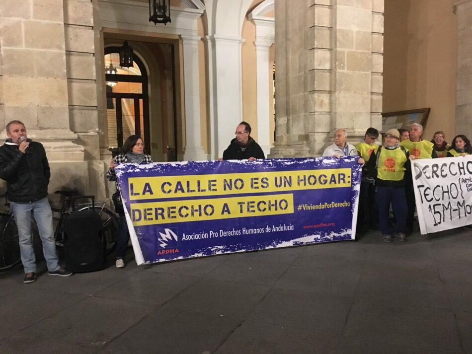 """Concentración en el Ayuntamiento de Sevilla bajo el lema «La calle no es un hogar: derecho a vivienda"""""""