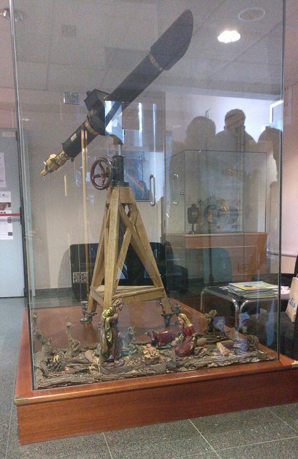 UNI Laica-Granada denuncia un «belén telescópico» en un espacio de la Universidad de Granada