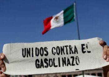 """Unidad en la lucha: Padres de los 43 de Ayotzinapa se unen a las protestas contra el """"gasolinazo"""""""