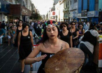 Nación Mapuche: Mujeres artistas irrumpen en calles de Antofagasta por libertad de machi Linconao