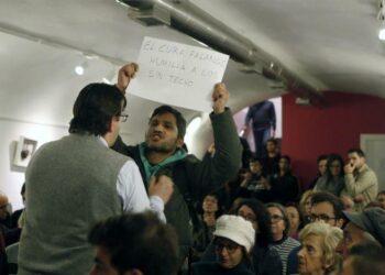 """El activista Lagarder llama """"falangista"""" al padre Ángel en un acto en Zaragoza"""