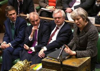 """Gobierno británico presenta proyecto de ley del 'Brexit'/ UE, """"sola"""" tras llegada de Trump al poder"""