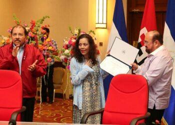"""Compañera Rosario Murillo, Vicepresidente Electa de Nicaragua: """"Entrego estas credenciales en las manos de todas las mujeres nicaragüenses"""""""