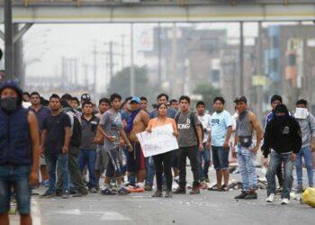 Dura represión de la Policía peruana:gases lacrimógenos en protestas por los peajes en Puente Piedra (Perú)