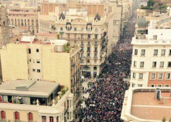 Barcelona se levanta en favor de los refugiados