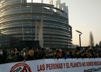 Cientos de personas se concentran frente al Parlamento Europeo para protestar contra la ratificación del CETA