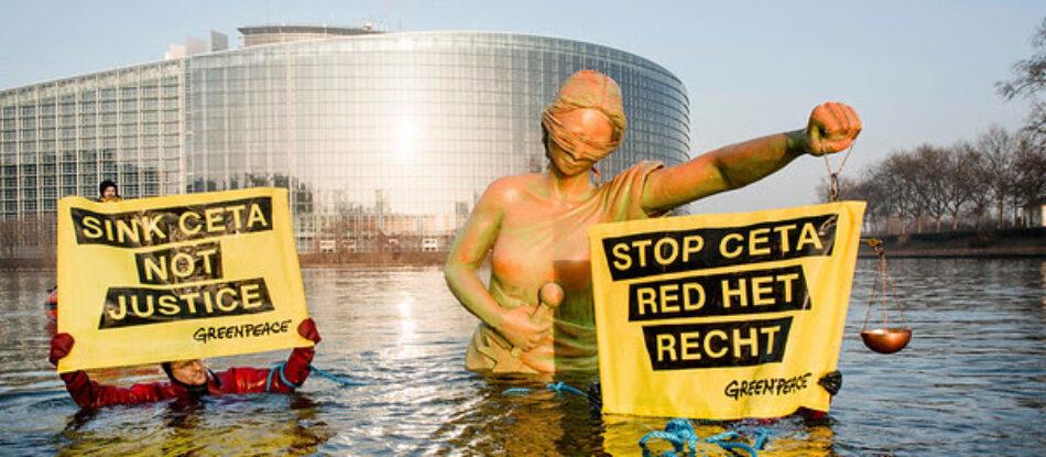 Acción de Greenpeace en el Parlamento Europeo en Estrasburgo mientras se aprueba el CETA