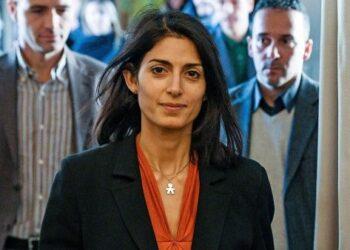 Alcaldesa de Roma reclamará indemnización por portada sexista