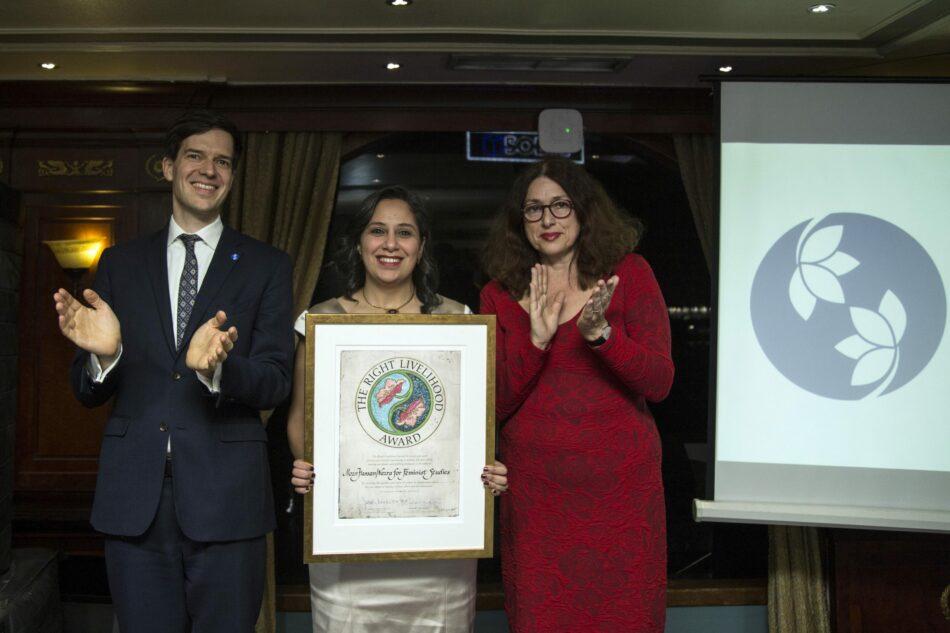 Con prohibición de viajar, feminista egipcia recibe 'Nobel Alternativo' en El Cairo