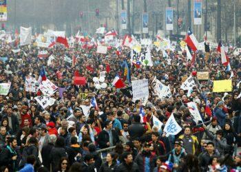 """Chilenos toman las calles para la marcha «más grande de la historia"""" contra las AFP"""
