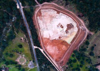 La empresa Berkeley tala encinas centenarias para proteger sus derechos mineros